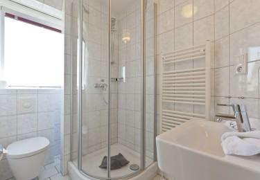 helles freundliches Tageslichtbad mit Dusche